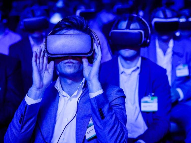 Physisch auf einer Konferenz und doch ganz weit weg – VR macht's möglich. Quelle: www.vr-expert.de